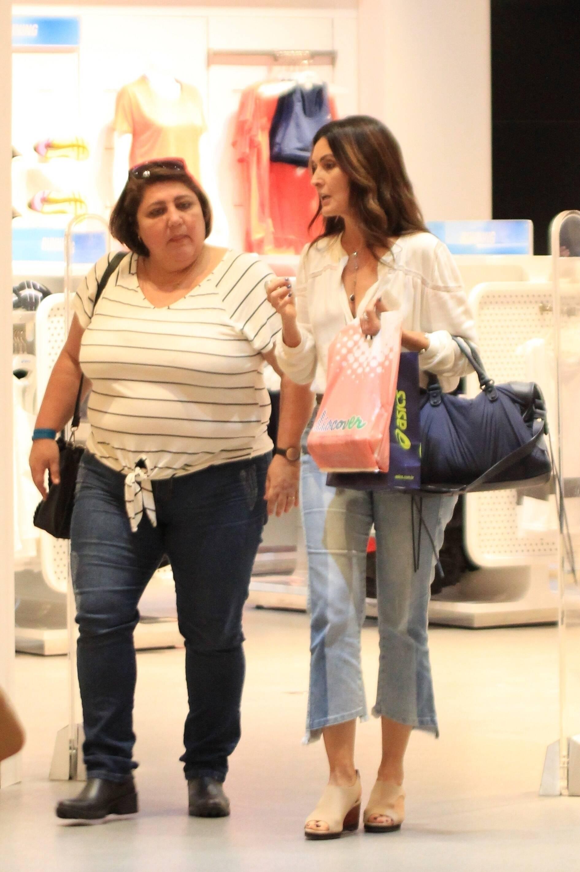Fátima Bernardes é vista fazendo compras com amiga em shopping do Rio. Foto: Xico Silva / Agnews