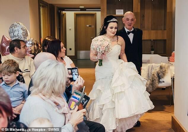Noiva entra em casamento ao lado do avô. Foto: Divulgação/St Michael's Hospice