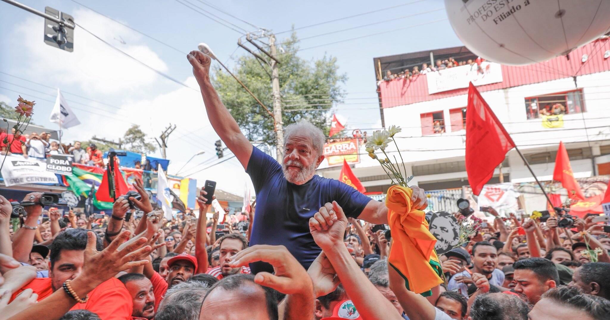 Retrospectiva 2018: Após o discurso, Lula foi carregado nos ombros em meio à multidão do carro de som, onde discursou, até o prédio do Sindicato dos Metalúrgicos onde permaneceu mais algumas horas antes da prisão. Foto: Ricardo Stuckert