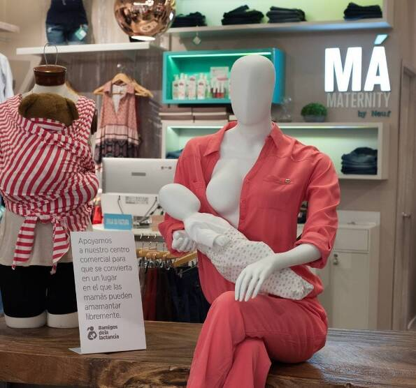 Manequins aparecem amamentando em shopping da Colômbia para normalizar o ato. Foto: Reprodução/Instagram