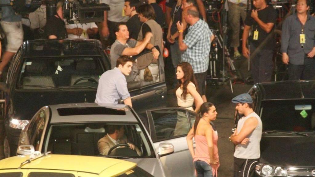 """Robert Pattinson e Kristen Stewart nos bastidores das gravações de """"Amanhecer - Parte 1"""", no bairro da Lapa. Foto: Reprodução"""