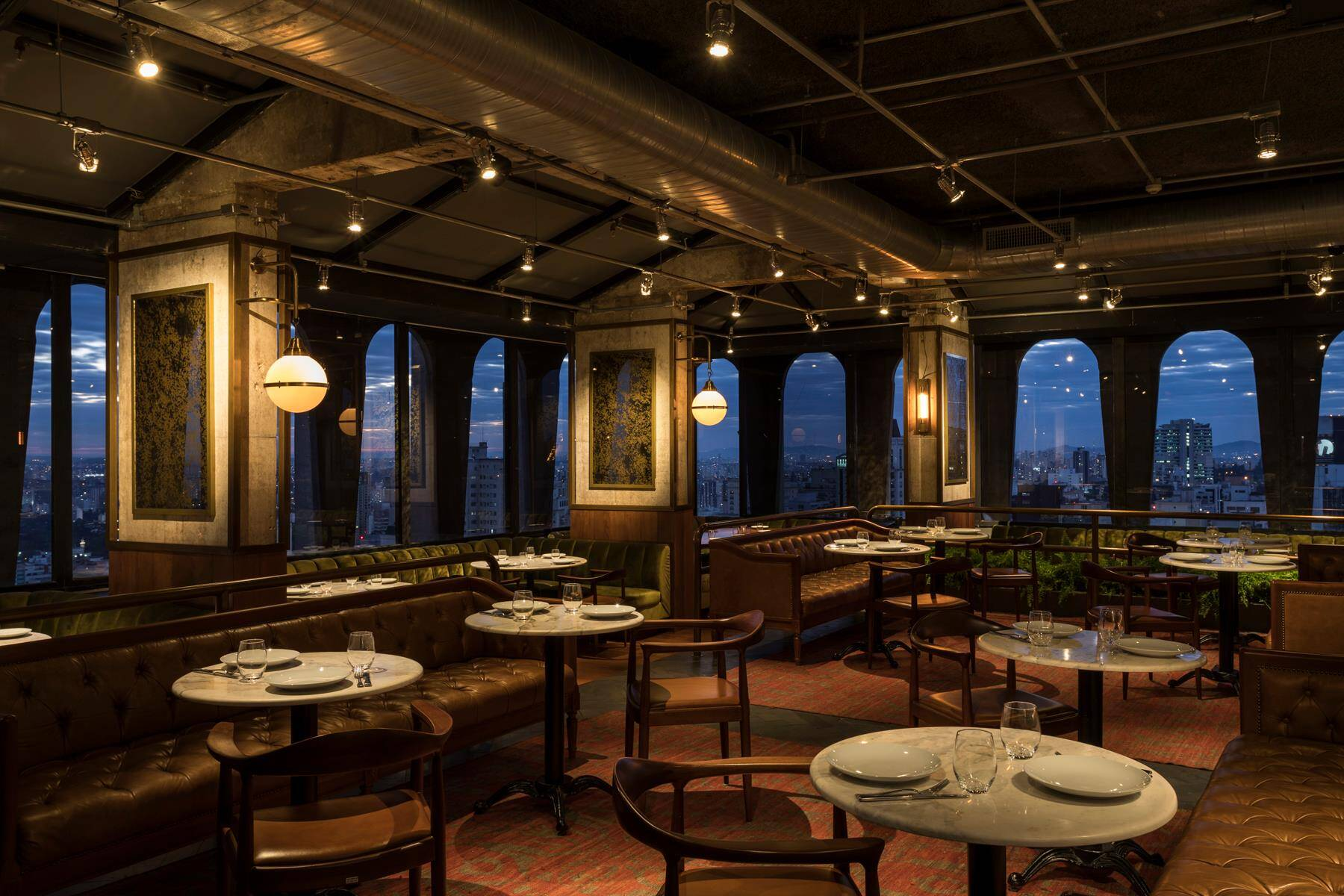 O Seen, no Jardim Paulista, é um bar e restaurante com vista 360 graus para a metrópole paulistana. Foto: Reprodução/Facebook