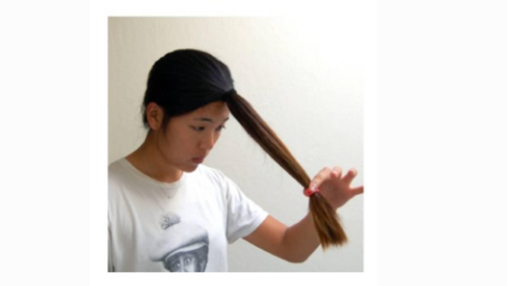 Depois de manter o cabelo preso, delimitar o tamanho que deseja fazer o corte. Foto: Reprodução Pinterest