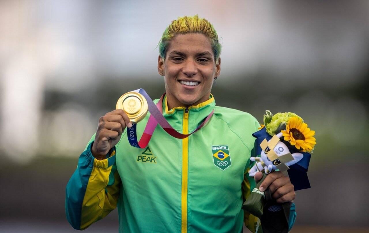 Ana Marcela Cunha ganha o ouro na maratona aquática em Tóquio. Foto: Jonne Roriz/COB