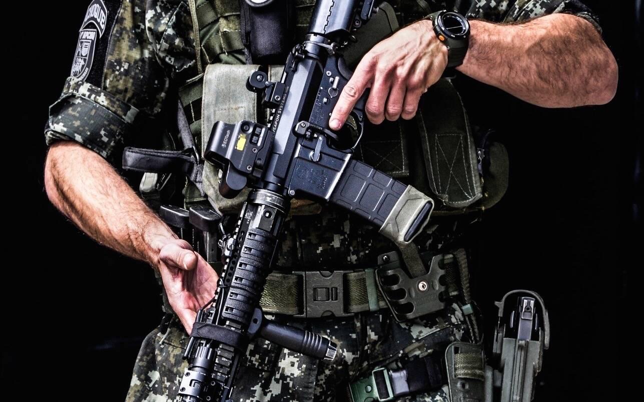 Note a mira holográfica na parte superior do rifle automático calibre 5.56. Foto: Major PM Luis Augusto Pacheco Ambar