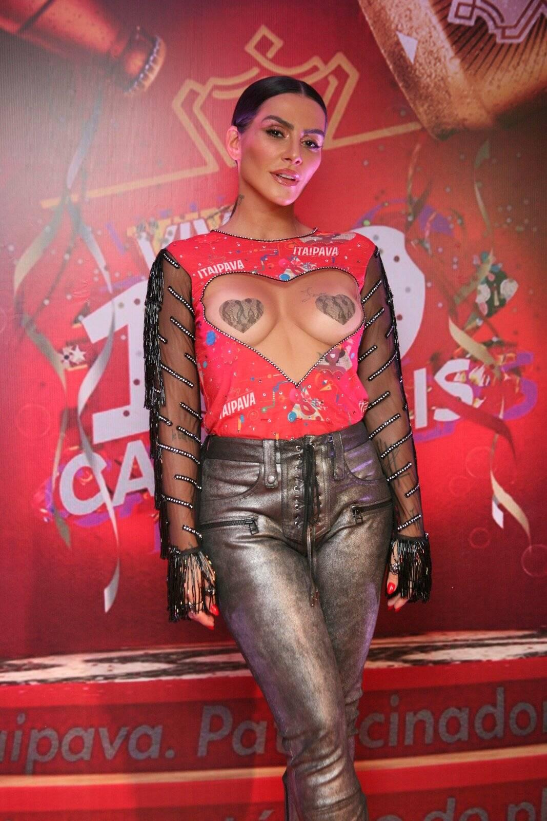 No último domingo (11), em um camarote da Sapucaí, a atriz Cleo Pires chamou muita atenção ao usar look ousado. Foto: Divulgação/Camarote Itaipava