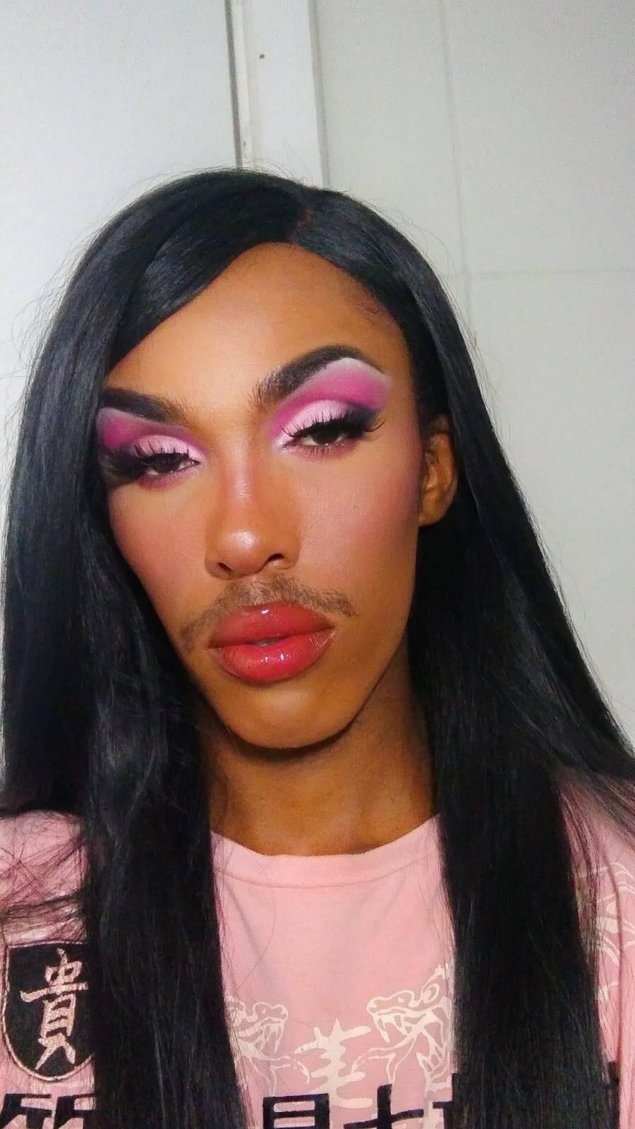 Alex Silva, artista não binário, diz que a maquiagem drag é comumente mais marcada, mas pode também pender para o básico. Foto: Acervo pessoal