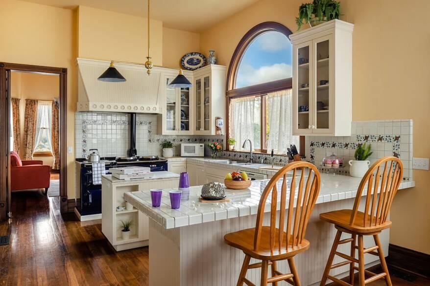 A adorável cozinha da mansão. Foto: Reprodução/Airbnb