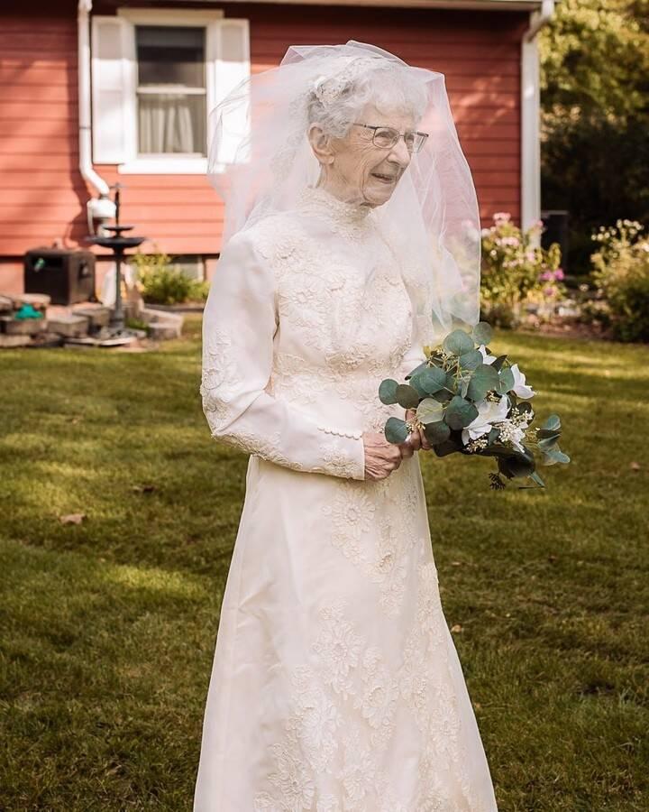 Royce e Frankie King tiram fotos de casamento 77 anos depois. Foto: Reprodução/Instagram Hilary Michelson / St. Croix Hospice, Special to the Des Monies Register