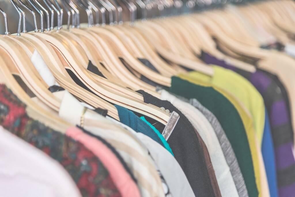 Manter as roupas em locais de fácil acesso evita ter que subir em bancos e cadeiras. Foto: FreePik