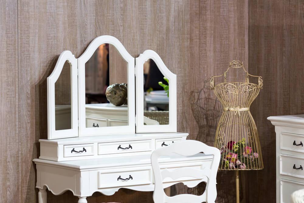 Penteadeira com espelho e espaço para maquiagem. Foto: shutterstock
