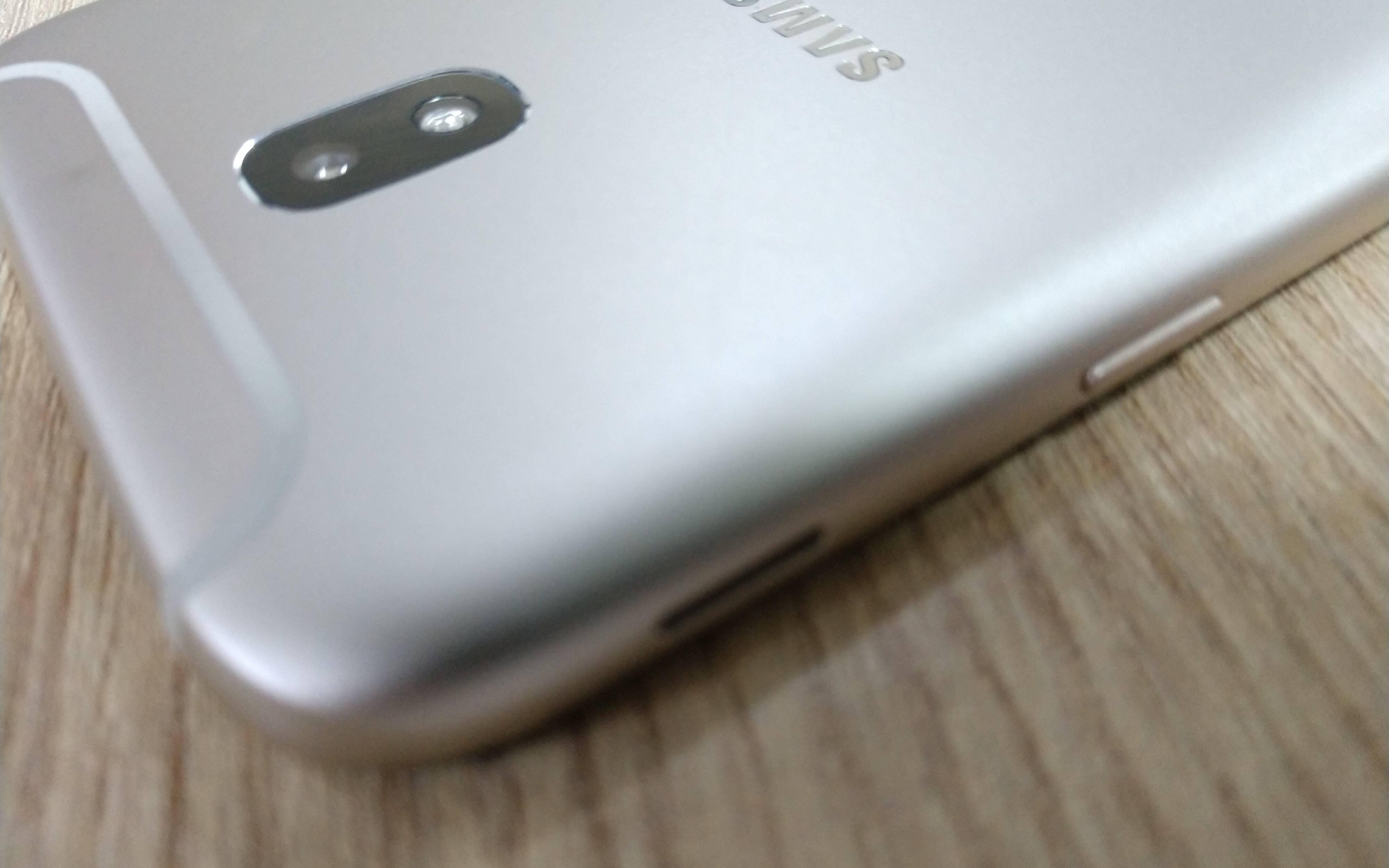 Galaxy J5 Pro é desenvolvido com acabamento em alumínio e detalhes na traseira. Foto: Victor Hugo Silva/Brasil Econômico