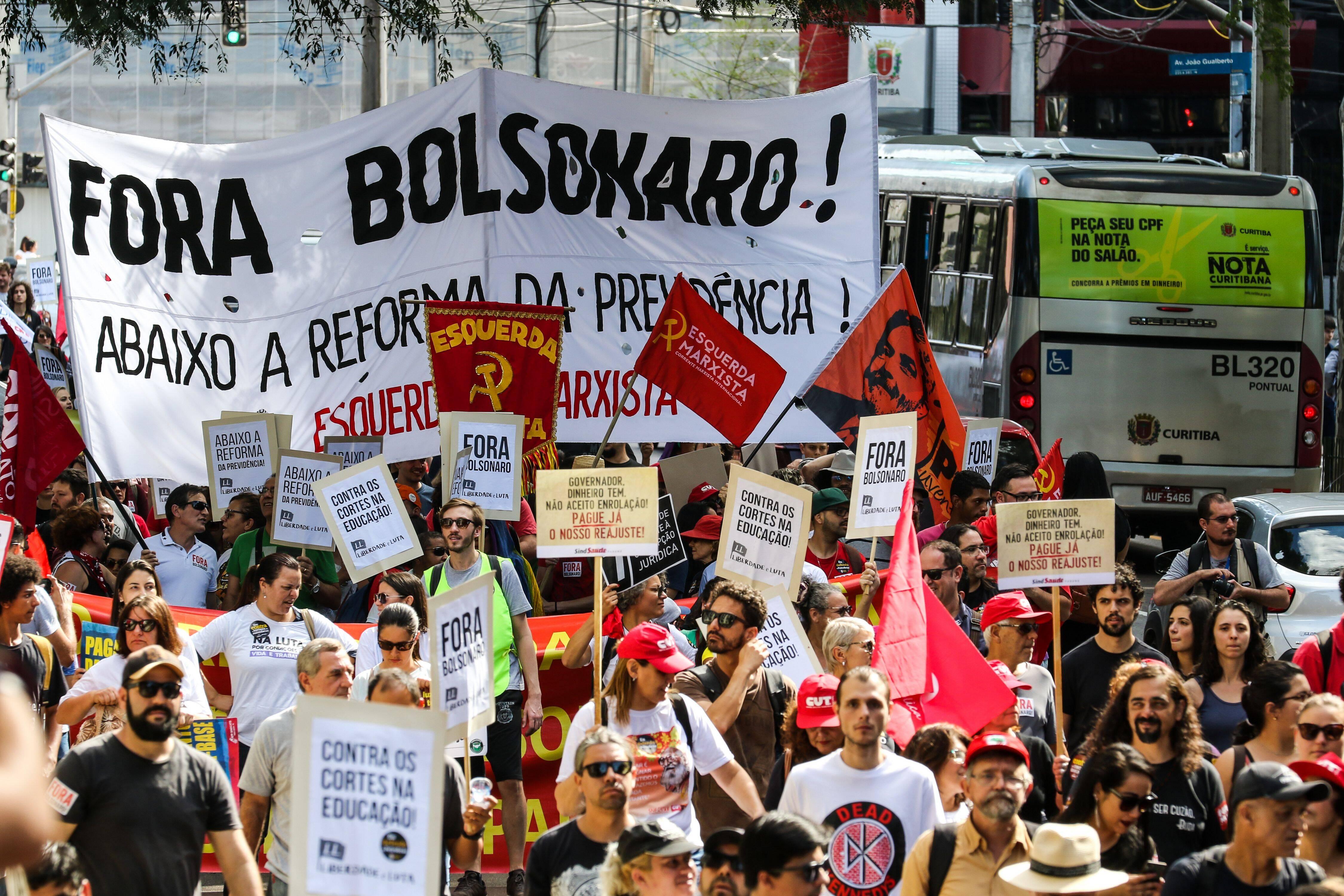 Protestantes também foram às ruas em Curitiba. Foto: Theo Marques/Agência O Globo