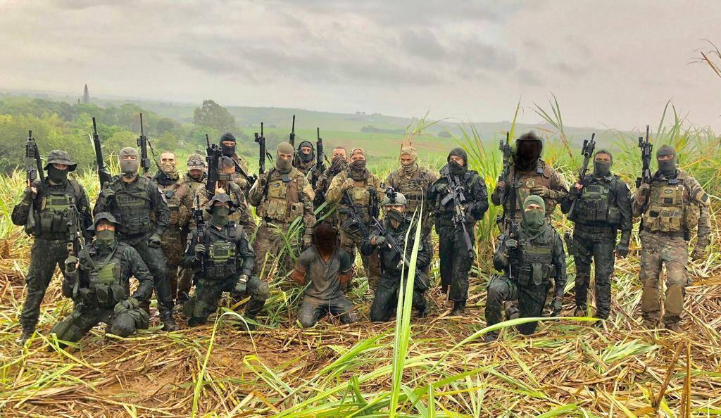 Operadores do comandos e Operações Especiais de São Paulo, junto com Policiais Federais do Grupo de Pronta Intervenção comemorando o resultado positivo da missão conjunta. Foto: Divulgação/COE-PMSP