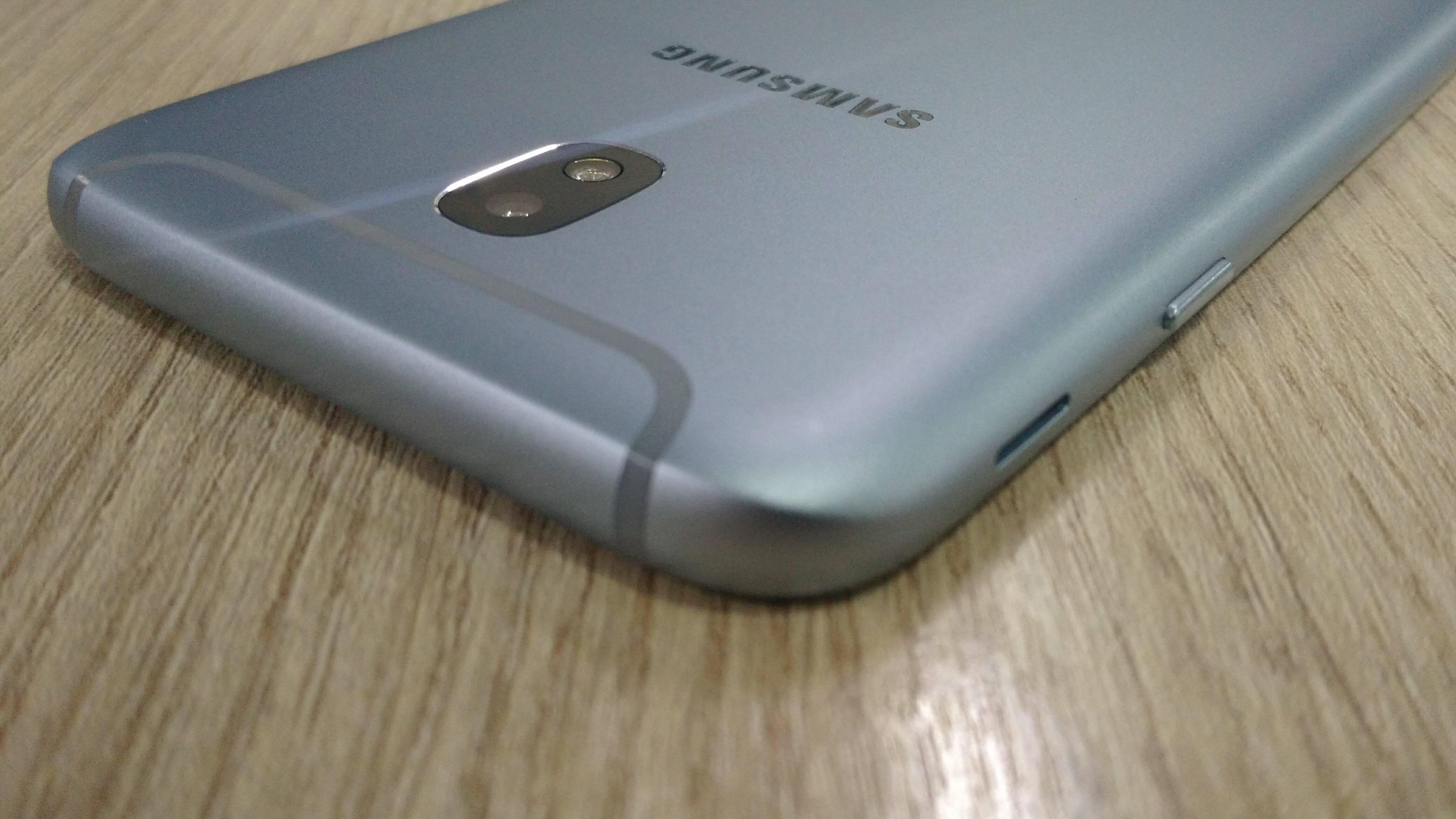 Detalhes na parte traseira dão mais elegância ao Galaxy J7 Pro . Foto: Victor Hugo Silva/Brasil Econômico