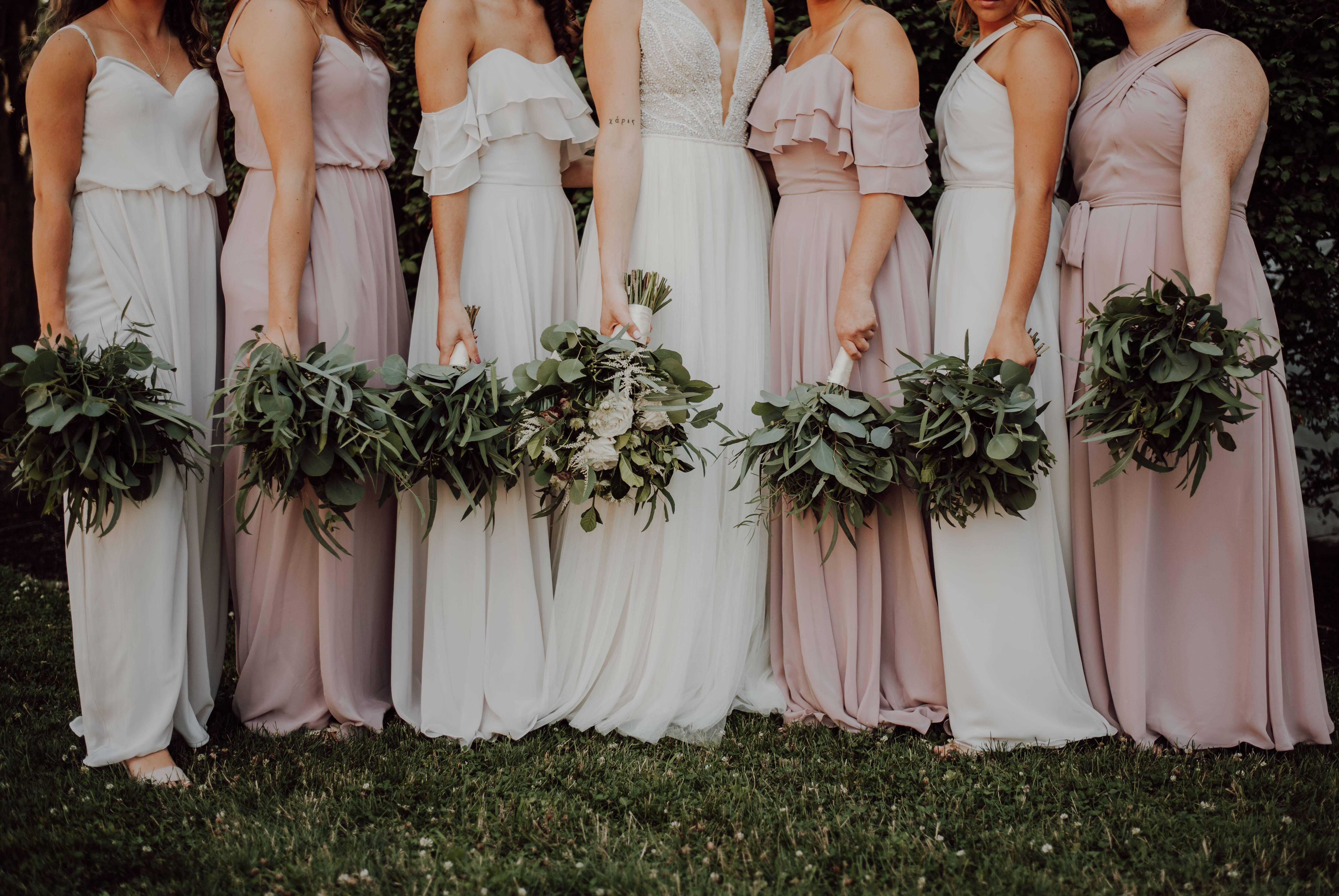 Modelos que respeitam a paleta de cor direcionada pela noiva (neste caso tem até branco!). Foto: Reprodução/Unsplash