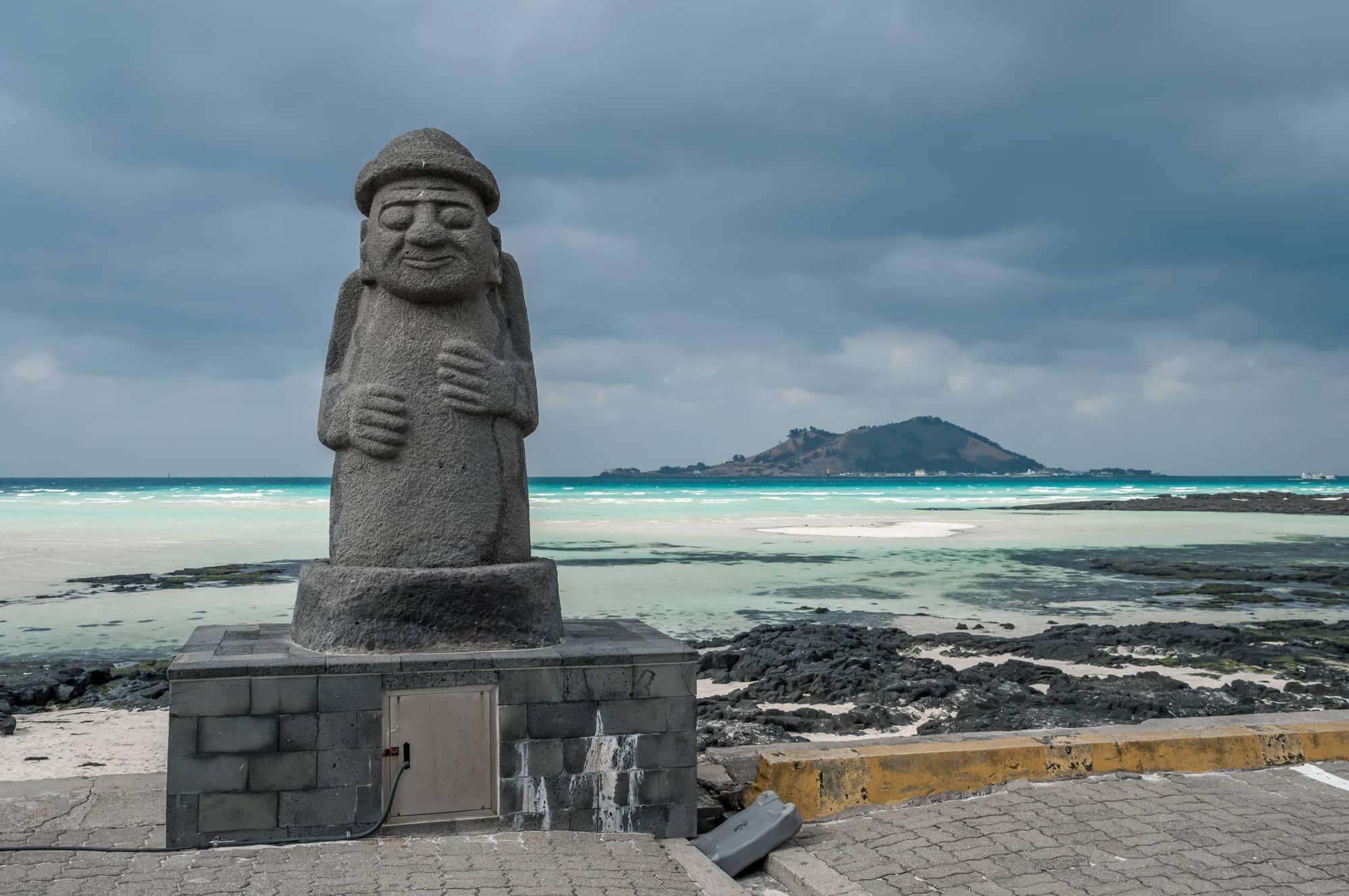 Totens protetores chamados Dol Hareubang estão espalhados pela ilha. Foto: Reprodução