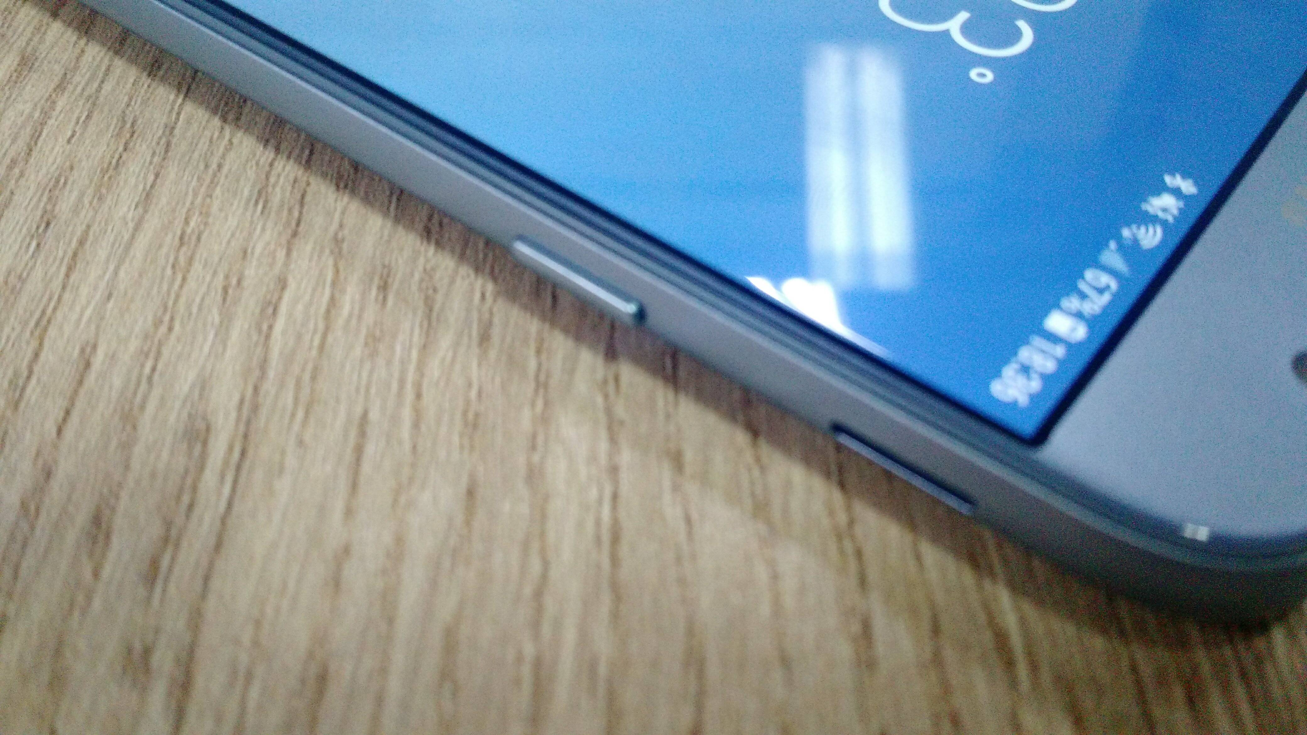 Galaxy J7 Pro exibe a saída de áudio na lateral. Foto: Victor Hugo Silva/Brasil Econômico