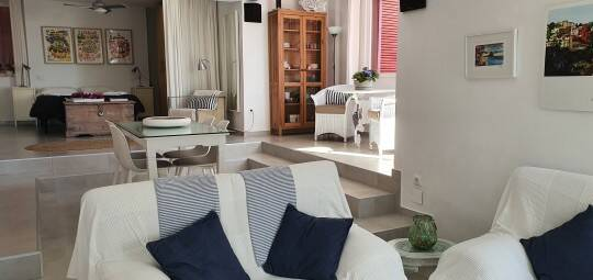 Dentro dos quartos, a decoração é clara e arejada. Foto: Booking.com