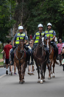 Os policiais da cavalaria também estão presentes em praças e grandes centros da capital . Foto: Divulgação/Polícia Militar