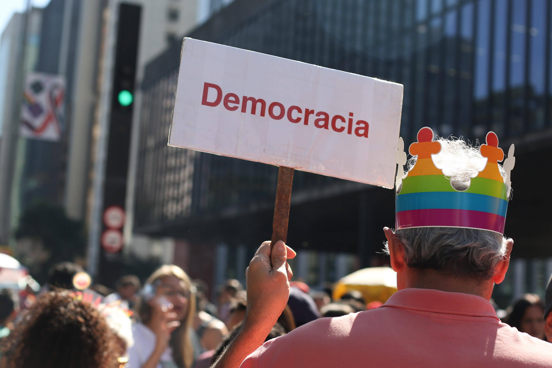 Além de faixas e cartazes contrários a Jair Bolsonaro (PSL), os participantes também se manifestam pelo respeito e a democracia. Foto: Fábio Vieira/FotoRua/Agência O Globo