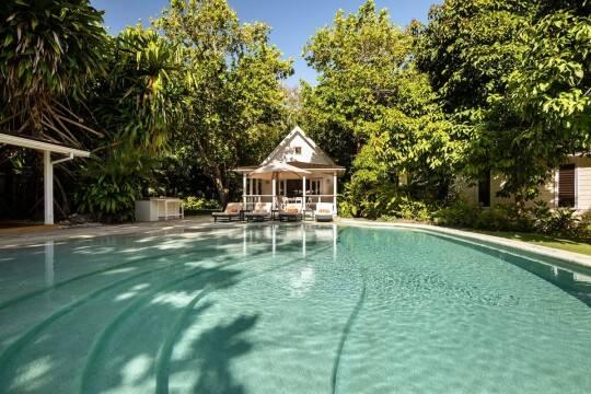 Uma linda piscina em formato de lagoa será perfeita para fugir do frio. Foto: Airbnb