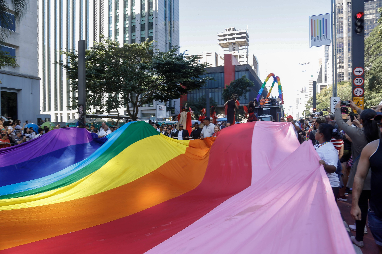 """Observando de fora, Missi Moreira, 58, enalteceu a importância da Parada LGBT: """"Sou a favor do amor, seja lá qual for"""". Foto: Adriana Spaca/FramePhoto/Agência O Globo"""