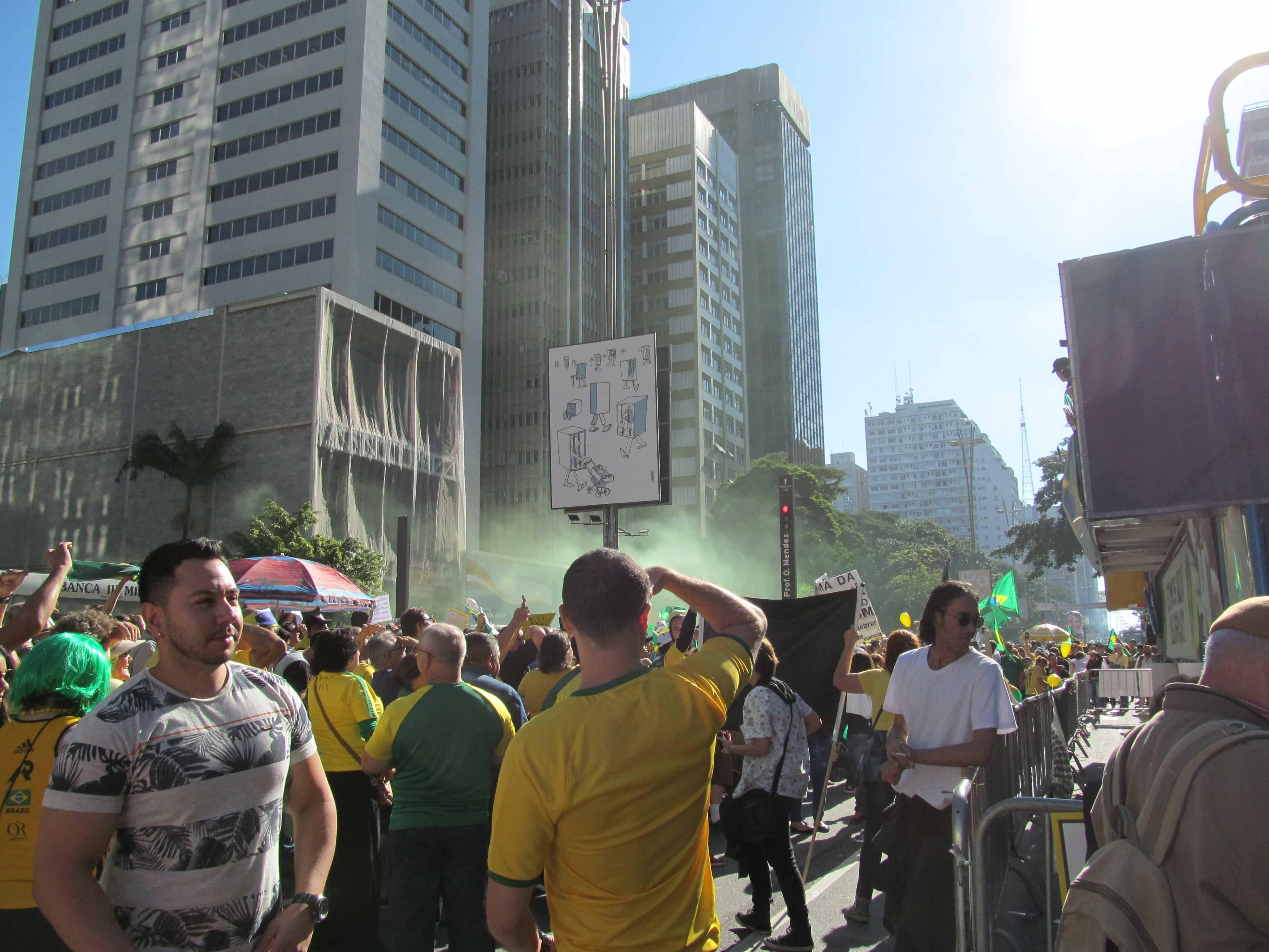 Sinalizadores verde e amarelos coloriam a manifestação na avenida Paulista. Foto: João Cesar Diaz