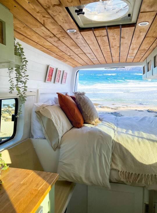 """""""Nada melhor do que tomar café admirando a paisagem de uma praia ou montanha enquanto se toma café na cama"""", diz Olivia. Foto: Reprodução/Metro UK"""
