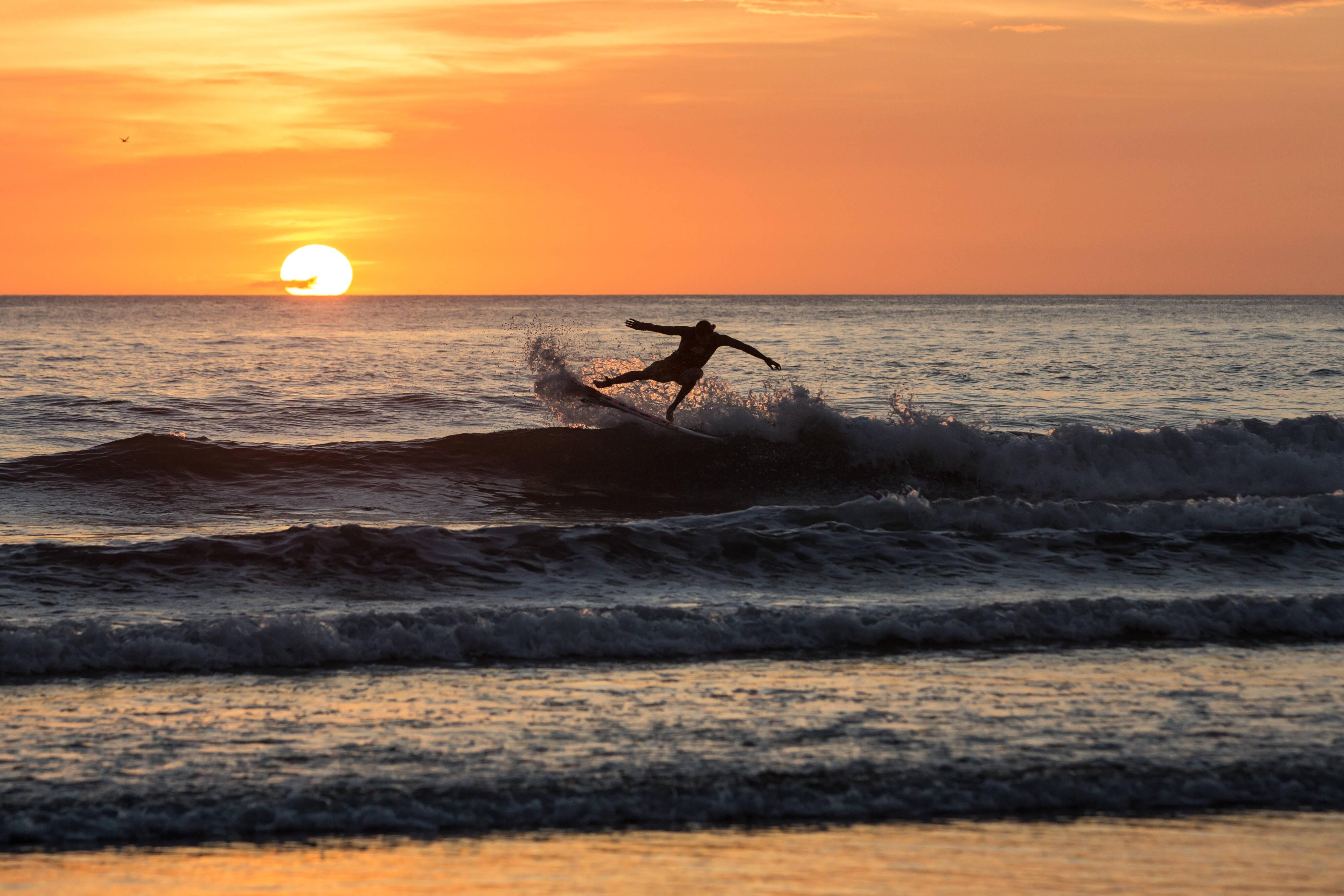 Quem tiver menos experiência no esporte pode optar pela Praia Negra - mas tome cuidado com o litoral rochoso. Foto: shutterstock