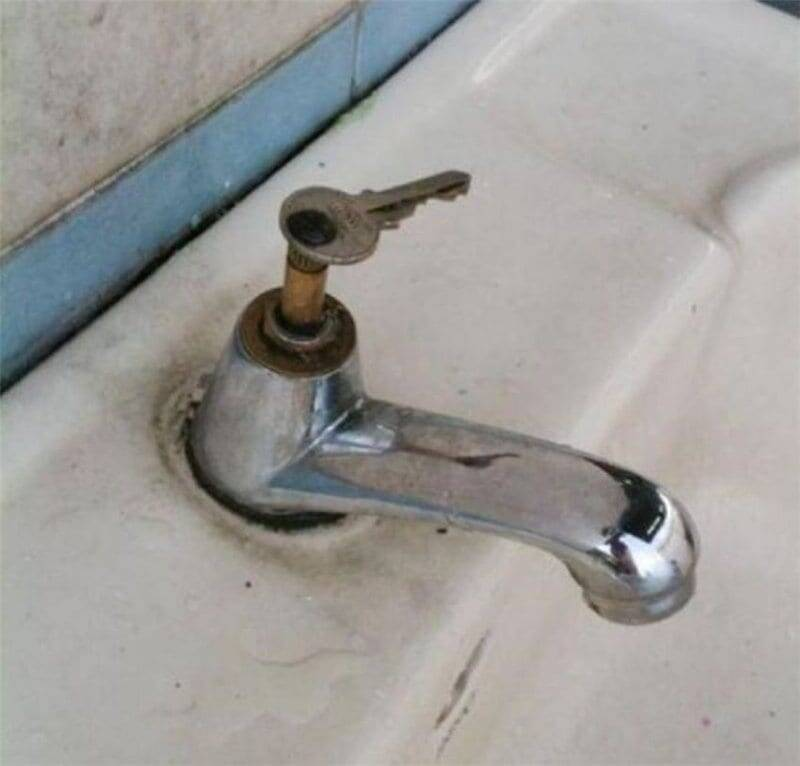 E se o problema for na hora de abrir ou fechar a torneira, que tal apostar em uma chave como solução? Basta saber como a pessoa colou a chave ali. Foto: Reprodução/Internet