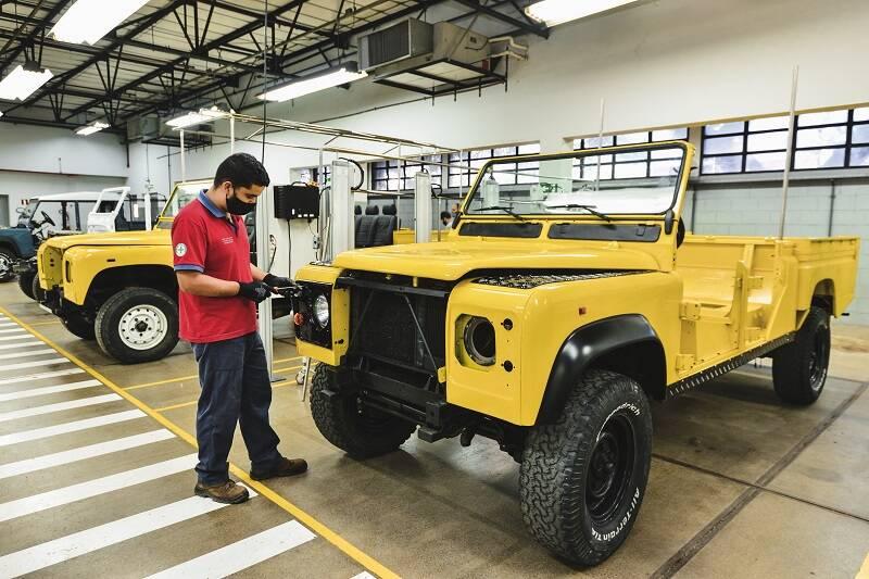 Clínica de Restauração da Jaguar Land Rover restaurando modelos Defender. Foto: Divulgação Jaguar Land Rover