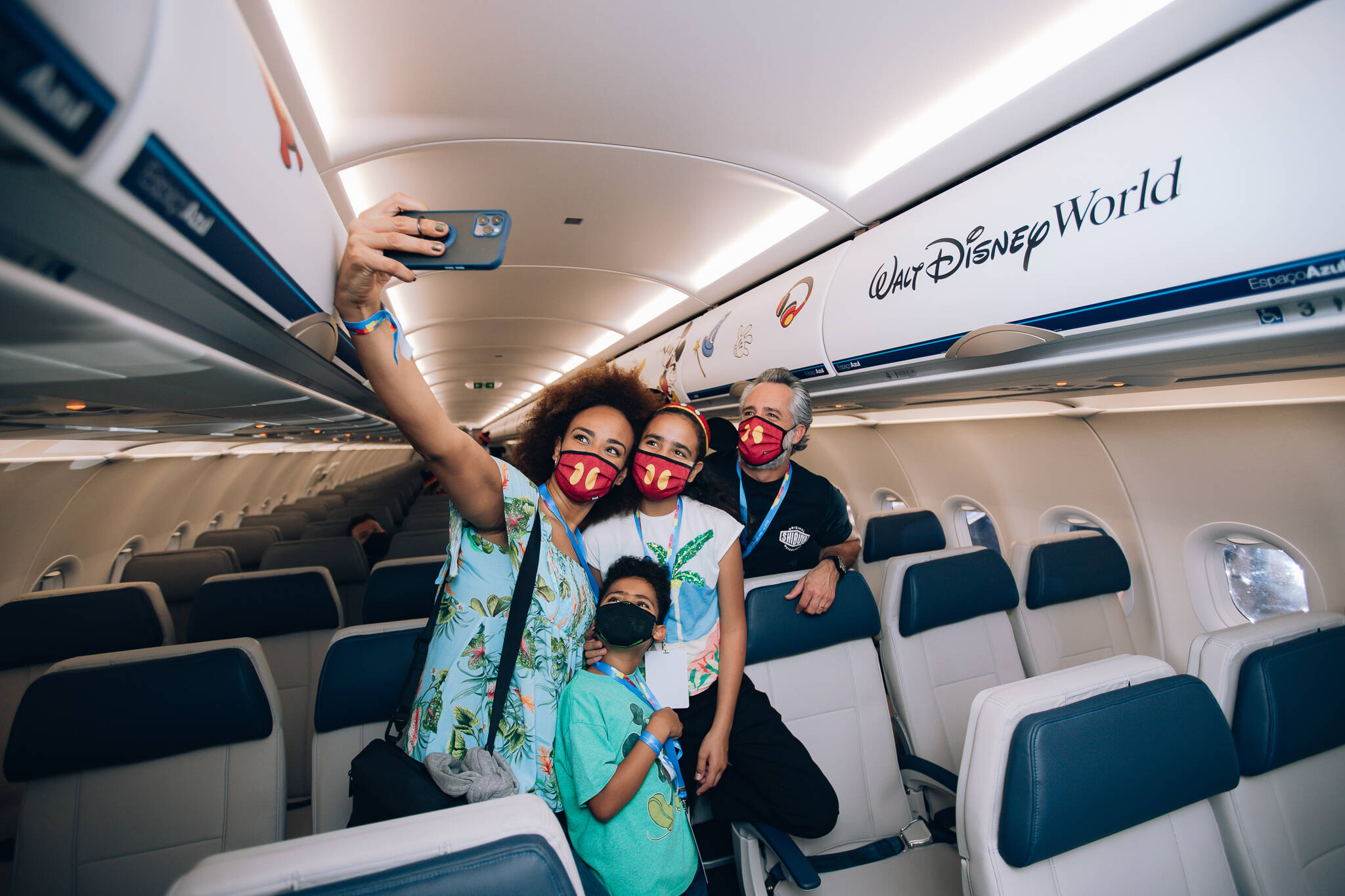A cantora Luciana Mello com o marido Ike Levy e os filhos no evento de lançamento, dentro do avião. Foto: Divulgação/Azul Linhas Aéreas e Walt Disney World