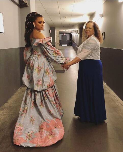 Andra Day e sua mãe durante a noite do Oscar. Foto: Reprodução