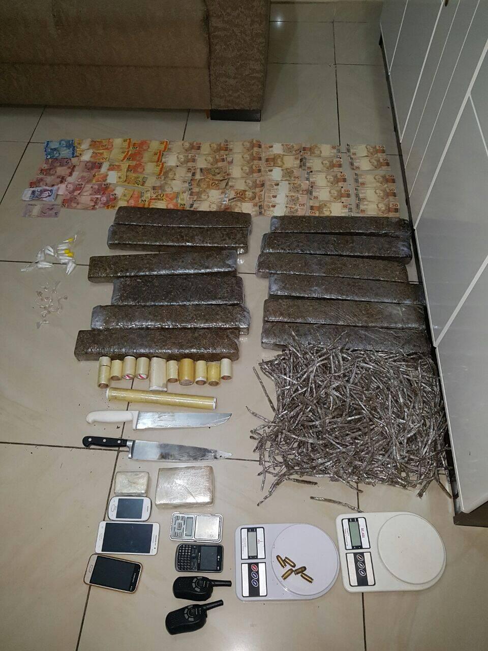 Operação em São Vicente: Apreensão de tijolos de centenas de papelotes de maconha, dinheiro, celulares e balanças de precisão. Foto: PM Divulgação