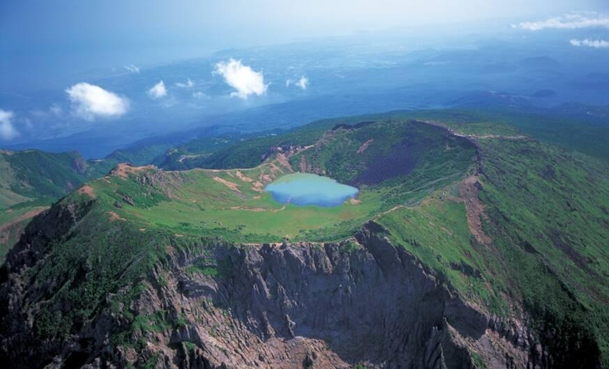 O vulcão Hallasan com águas cristalinas em sua cratera. Foto: Reprodução/Jeju Island Tour