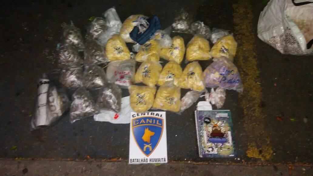 Os cães encontraram cerca de 7.000 mil pinos de cocaína e 227 pedras de crack. Foto: Divulgação/Polícia Militar