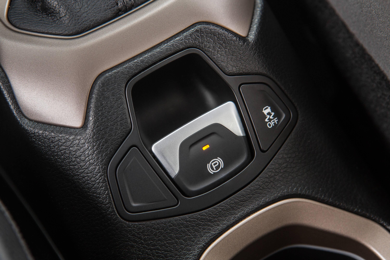 Freio de mão elétrico acionado com um dedo e ao lado o botão de controle de estabilidade. Foto: Divulgação