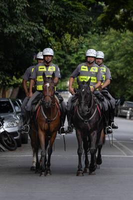 Em cima do cavalo o policial possui uma presença ostensiva, de comando e controle muito maior do que se estivesse a pé . Foto: Divulgação/Polícia Militar