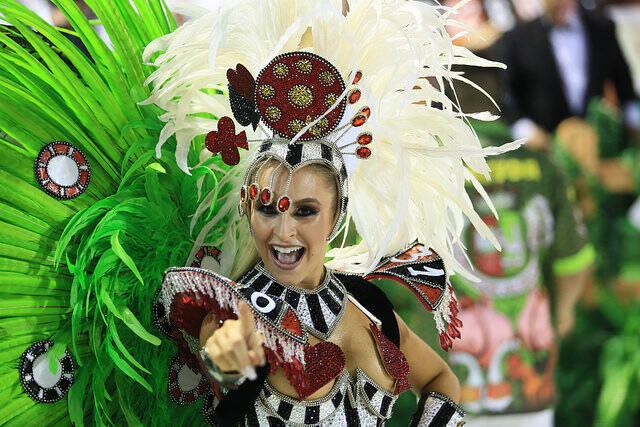 Renata Kuerten brilha na Sapucaí e arrasa com fantasia brilhante. Foto: Divulgação / Flickr / Rio Tur