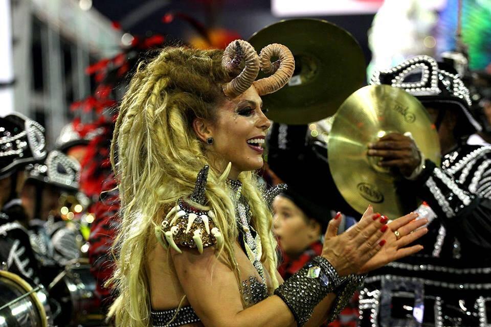 Sheila Mello, madrinha de bateria da Independente desfilando na última sexta (09). Foto: Reprodução/Liga das Escolas de Samba de São Paulo