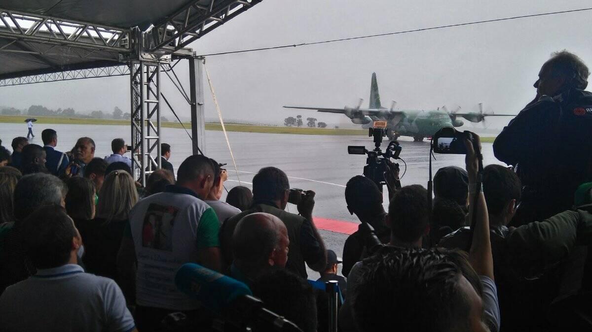 Primeiro avião da FAB com os corpos da Chapecoense poucou em Chapecó às 09h28 de sábado. Foto: Ministério do Esporte