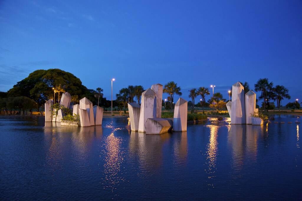 Recentemente, a praça ganhou iluminação para propiciar a visita noturna. Foto: Reprodução/Flickr
