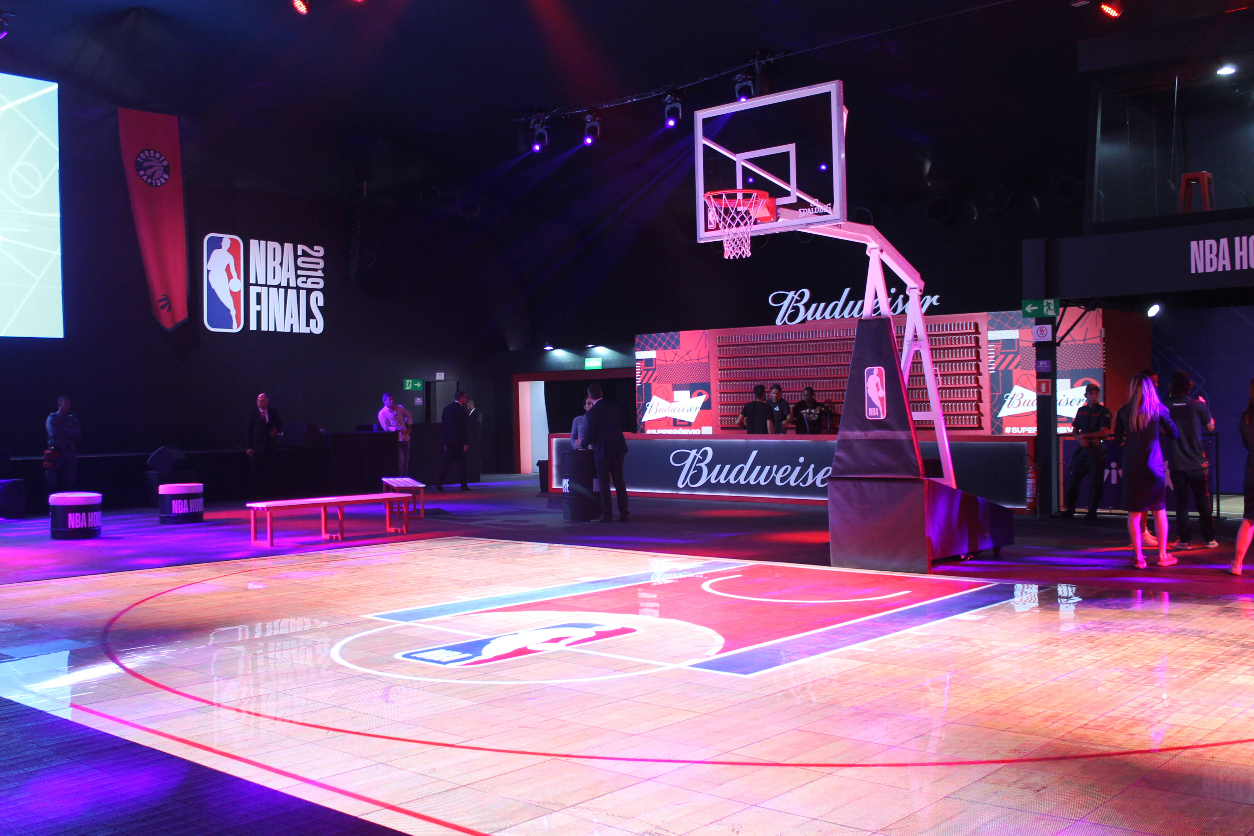 Quadra de basquete no meio da NBA House. Foto: Flavia Matos/ IG