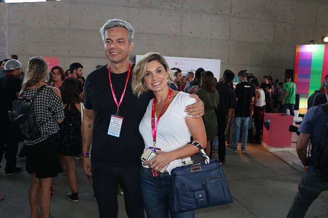 Otaviano Costa e Fábio Porchat colocam o papo em dia. O apresentador também posou com sua esposa, Flávia Alessandra. Foto: Rogerio Fidalgo/AgNews