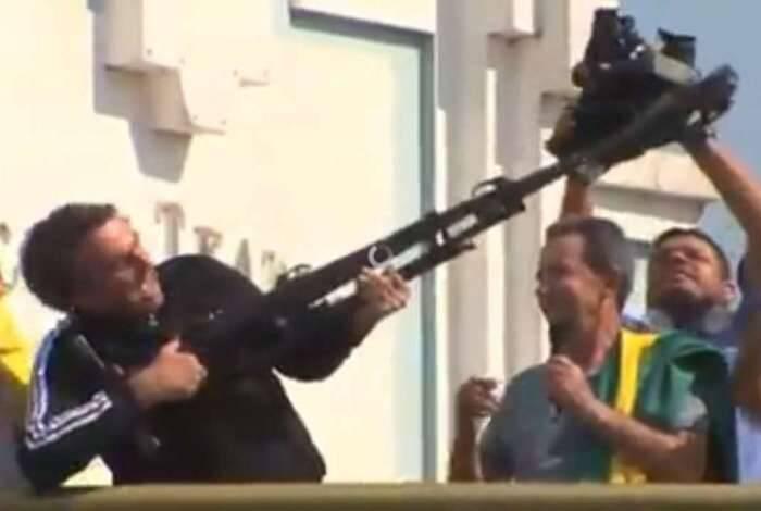 """Retrospectiva 2018: A campanha de Bolsonaro durante as eleições 2018 foi marcada por muitas polêmicas e alusão a violência. Num dos momentos mais marcantes, Jair Bolsonaro foi gravado empunhando um tripé de câmera como se fosse uma arma e dizendo """"vamos fuzilar a petralhada aqui do Acre"""". Foto: Reprodução"""