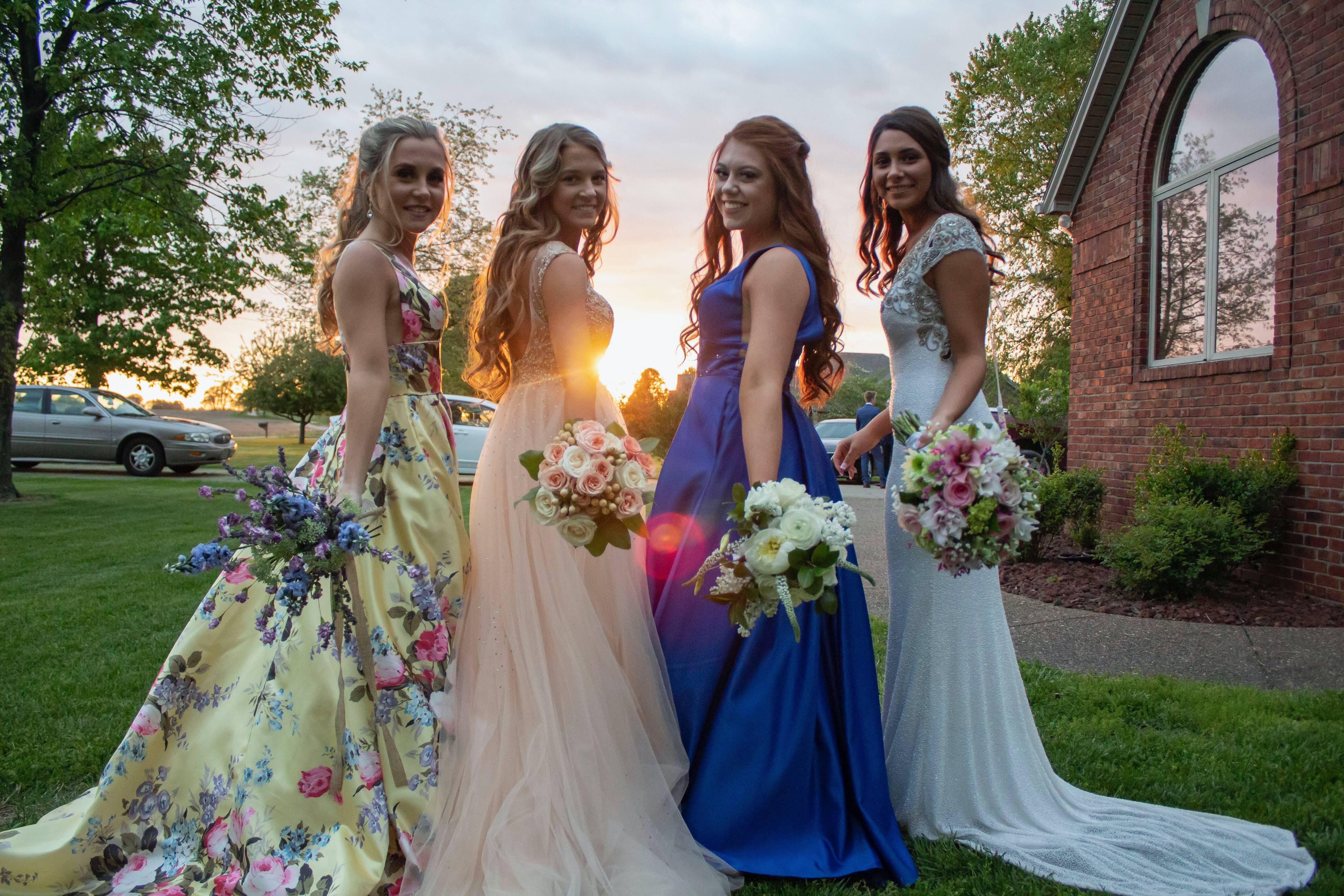 Madrinhas com vestidos diferentes. Foto: Reprodução/Unsplash