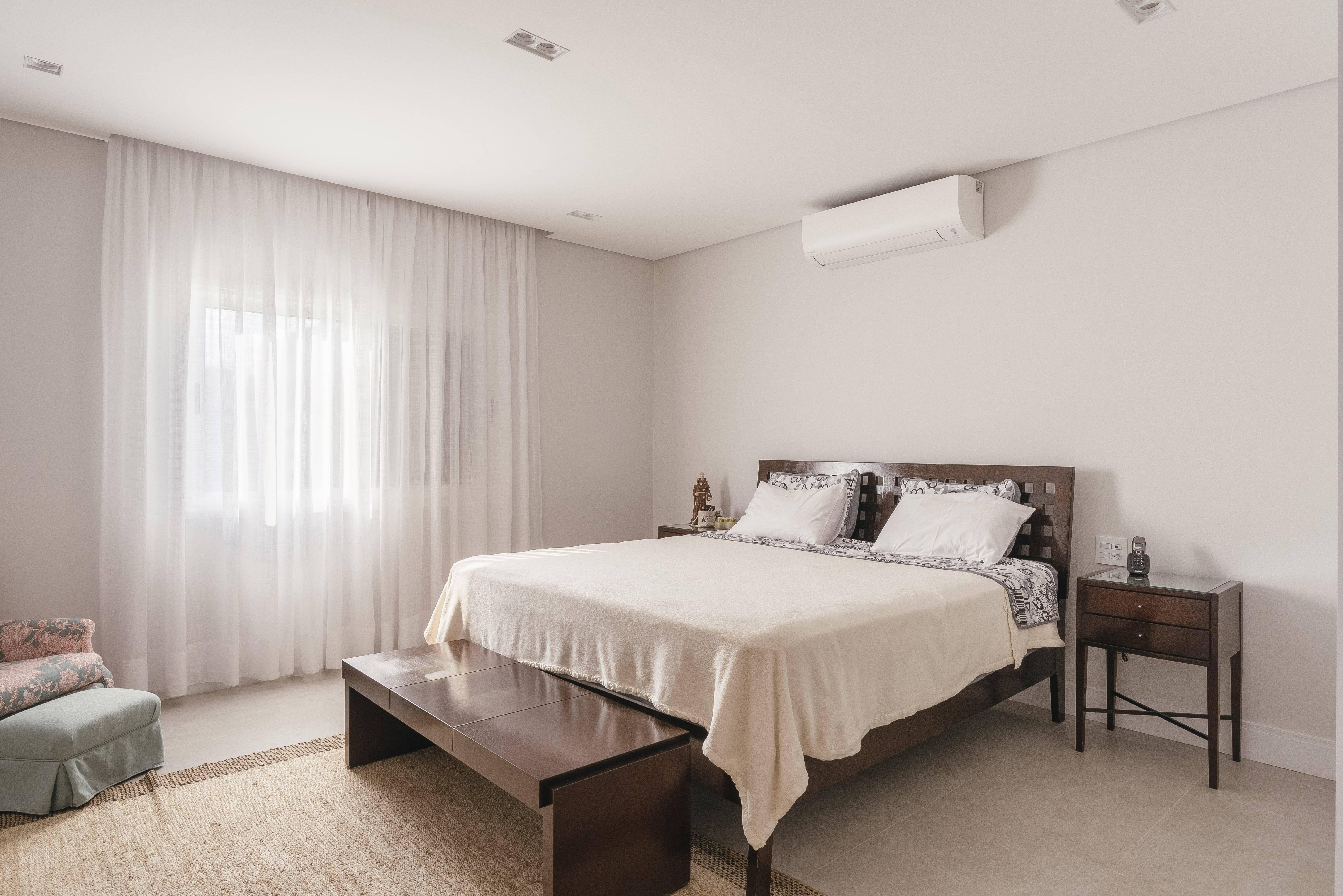 Ao usar as camas de madeira e metal na decoração do quarto, é preciso levar em conta os arredores do quarto. Foto: Henrique Ribeiro