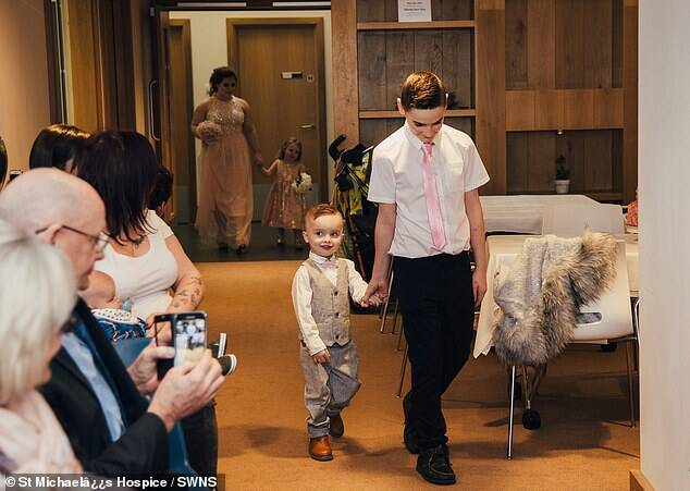 Filhos entram no casamento da noiva. Foto: Divulgação/St Michael's Hospice