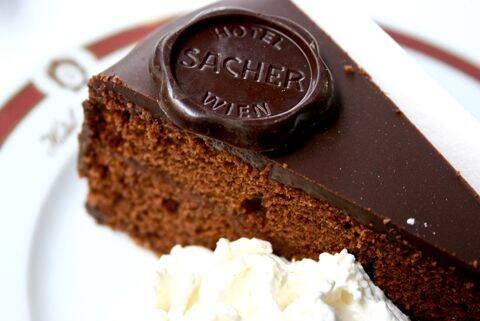 A famosa torta sachertorte leva chocolate e geleia de damasco. Foto: Reprodução/Pinterest